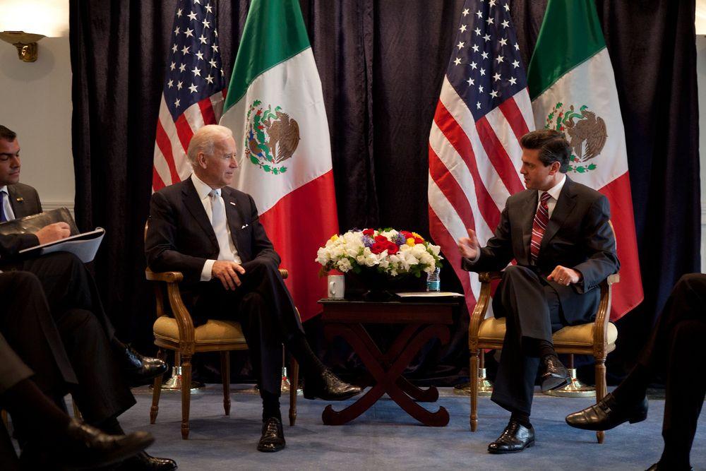 Vize-Präsident Joe Biden mit Mexikos Ex-Präsident Enrique Peña Nieto. | Bildquelle: https://www.blickpunkt-lateinamerika.de/artikel/podcast-189-joe-biden-und-lateinamerika-us-wahl-spezial/ © USEmbassyMEX (https://t1p.de/vu1g) | Bilder sind in der Regel urheberrechtlich geschützt